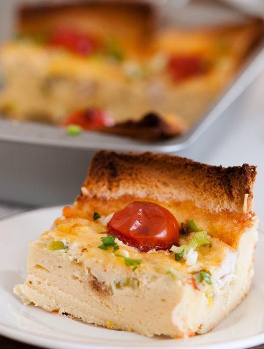 Biezā omlete cepeškrāsnī ar vistu un puraviem