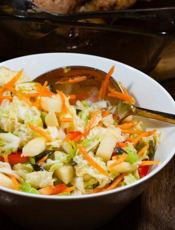 Ķīnas kāposta salāti ar dārzeņiem un eļļu