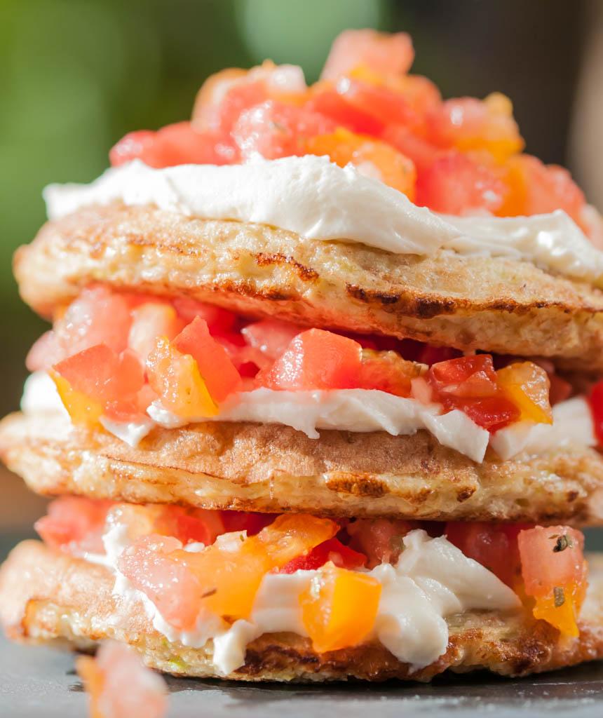 Kabaču cukini pankūkas ar sieru un tomātiem
