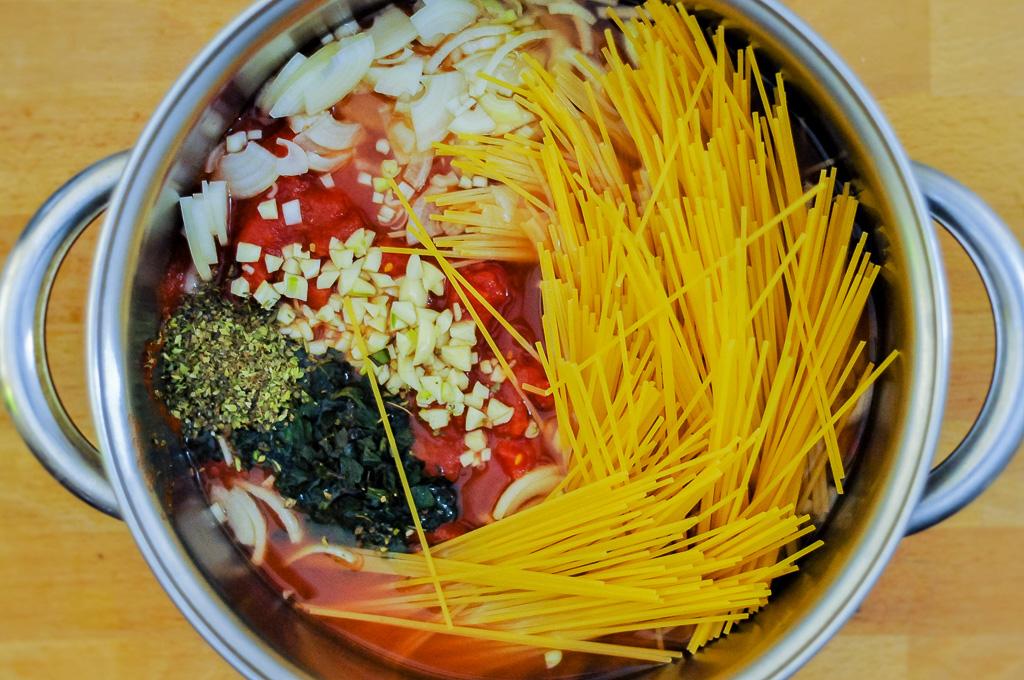Tomātos un garšvielās gatavoti spagetti - one pot ēdiens