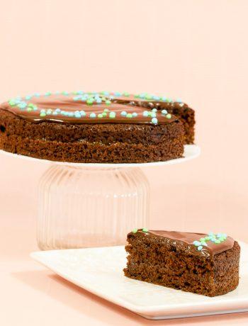 Vegānu šokola'des biskvīts ar aprikožu ievāŗijumu un tumšās šokolādes ganašu