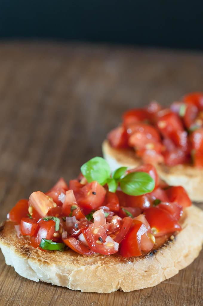 Atšķirības starp krostini (crostini) un brusketas (bruschetas, brušetas), tomātu salsa