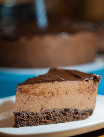 Šokolādes biskvīts ar šokolādes krēmu un šokolādes glazūru